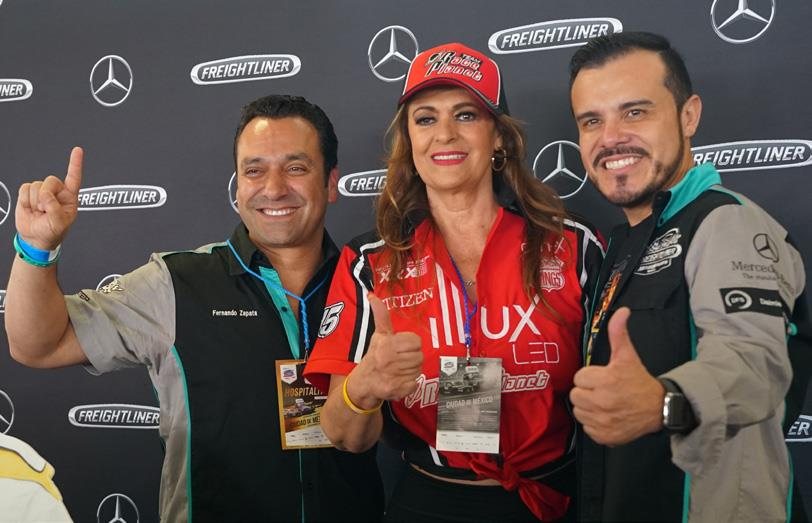 """Fernando Zapata y Luis Vega en compañía de Rosa Gloria Chagoyán """"Lola la Trailera""""."""