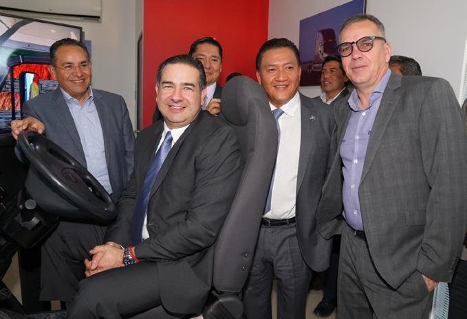 Rogelio Montemayor estrenó el simulador Freightliner que fue entregado a la delegación CANACAR Valle de México.