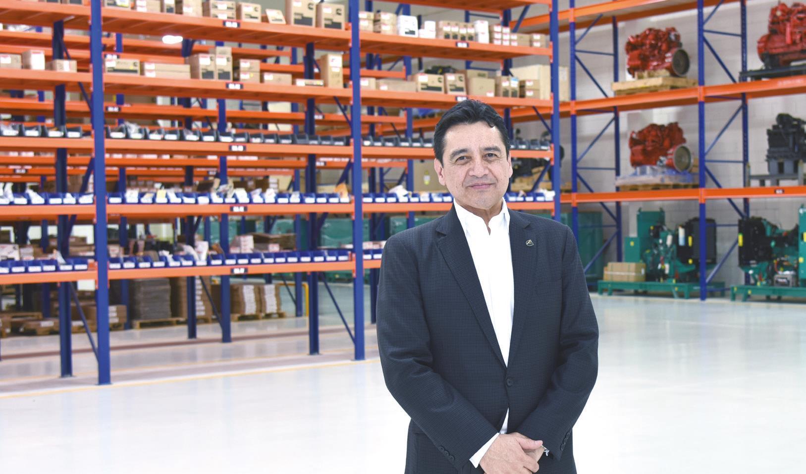 Raúl Hernández en el almacén de partes.