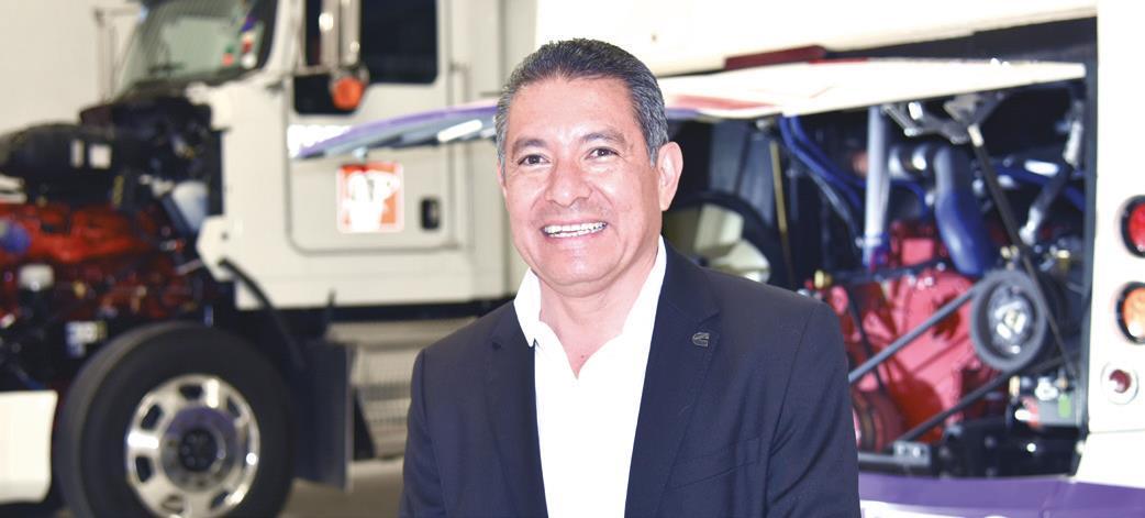 Xavier Hernández en el área de motores a gas.