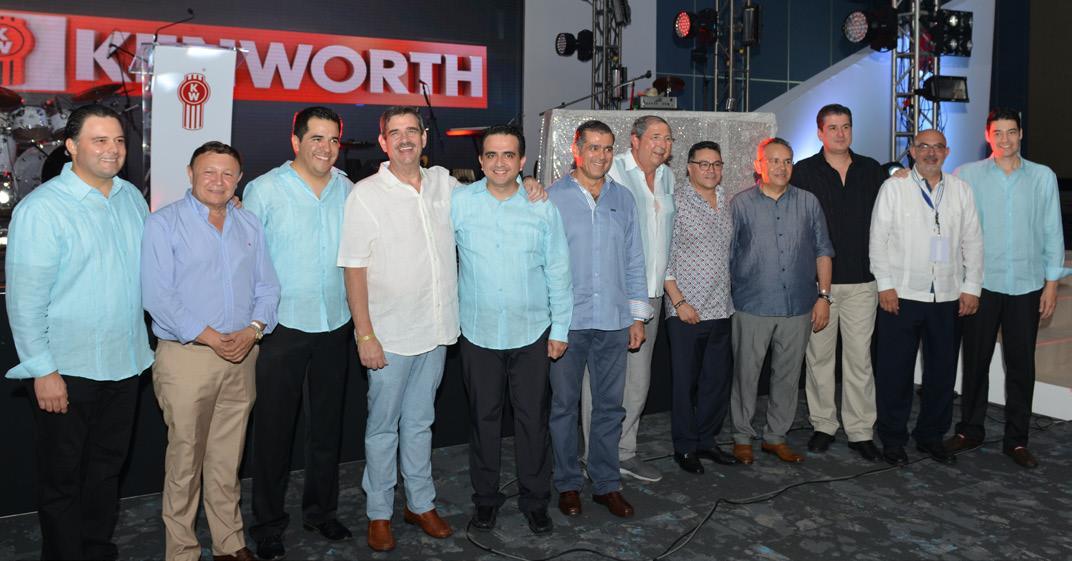 Directivos de Kenworth Mexicana en compañía de clientes y directivos de ANTP.